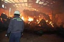 Požár haly s uskladněnou slámou v Línech.