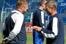 Trenérská dvojice FK Mladá Boleslav Zdeněk Ščasný (vpravo) a Petr Čuhel má po utkání s Jabloncem důvod k přemýšlení.