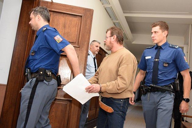 Patnáctiletý tret odnětí svobody pravomocně potvrdil odvolací senát Jindřichu M. z Mladé Boleslavi, který podle verdiktu s loupežným motivem pobodal poštovní doručovatelku.