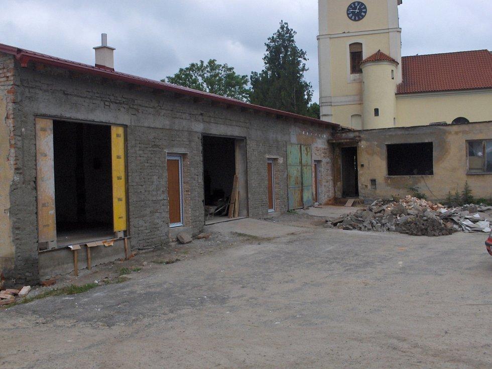 Objekt za kostelem, v němž dnes mají zázemí hasiči.