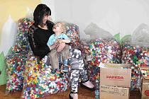 Deset pytlů víček od PET lahví. Tolik si jich Davídkovi rodiče mohli po chodícím maratonu odvézt domů