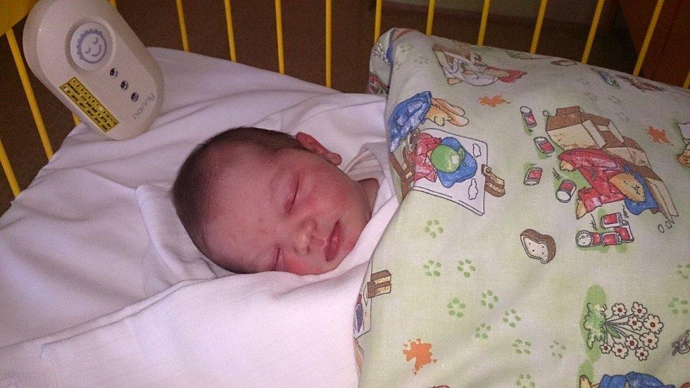MAREK Louda se narodil 29. září, vážil 3,52 kg a měřil 49 cm. S maminkou Petrou a  tatínkem Markem bude bydlet v Čisté, kde už se na něho těší sestřička Kačenka.