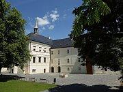 Zámek Svijany dlouhá léta chátral, díky náročné rekonstrukci se mu ale podařilo navrátit jeho podobu z přelomu 17. a 18. století.