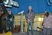 Dlouhý, široký a bystrozraký. To jsou jména tří dalekohledů, které v boleslavské hvězdárně umožňují sledovat noční oblohu. Vedoucí hvězdárny Pavel Brom spolu se svými pomocníky v pátek představil veřejnosti nejzajímavější jevy, které budou pozorovatelné v