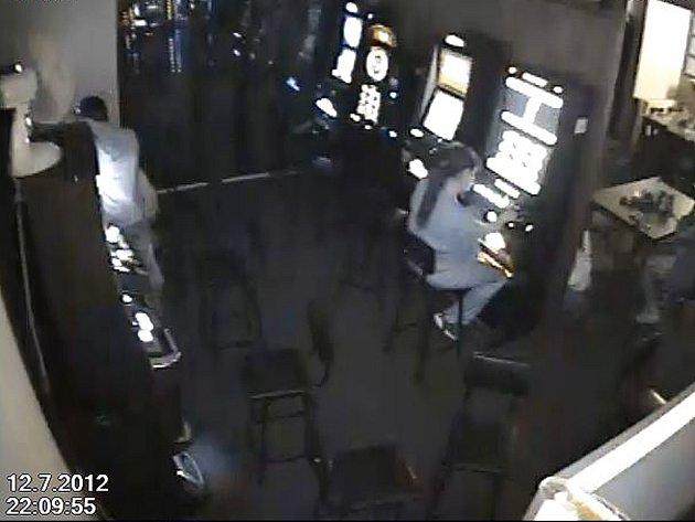 Policie pátrá po zlodějích peněz z hracího automatu