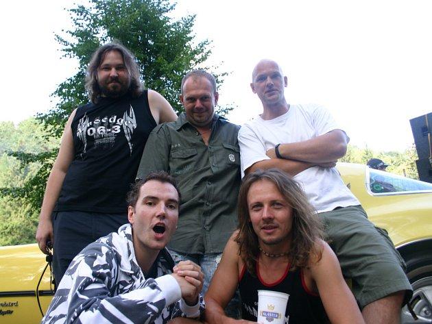 Rocková skupina Seven, která Benátskou noc zahajovala, vystoupila s novým kytaristou Filipem Šubrem (dole vlevo).