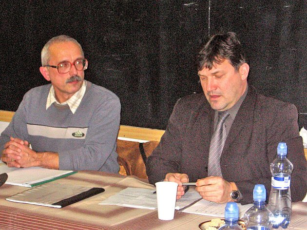 Předseda TJ Auto Škoda Přemysl Hašlar (vlevo) s náměstkem přimátora Janem Smutným na mimořádné valné hromadě.