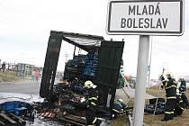Kamion s díly pro Škodovku z Německa shořel na okraji Mladé Boleslavi, těsně před cílem.