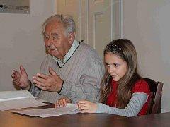 JAN TOUŠ s vnučkou Terezkou přečetli úryvky z rodinných vzpomínek jeho dědy, otce a svých vlastních