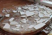 Mramorový stůl zasypaný sutí