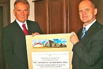 Vratislav Kulhánek (vlevo) převzal ocenění za podporu vzdělávacího centra z rukou náměstka primátora Adolfa Beznosky.