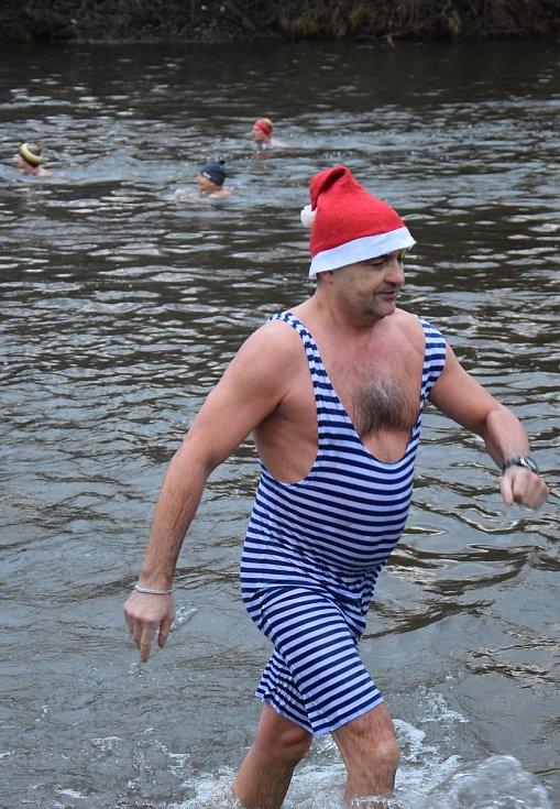 Z koupání v řece Jizeře na Štědrý den před klubovnou otužilců v mladoboleslavských Podmlázkách.