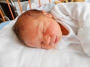 Mikuláš Tichý se narodil 18. března, vážil 2,93 kg a měřil 50 cm. Maminka Radka a tatínek Lukáš si ho odvezou domů do Doks, kde už se na něho těší sestřička Kačenka.