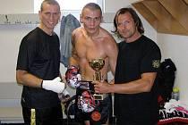 Boleslavský boxer Jan Fara (uprostřed) spolu se svým trenérem Petrem Hanzlíkem (vpravo).