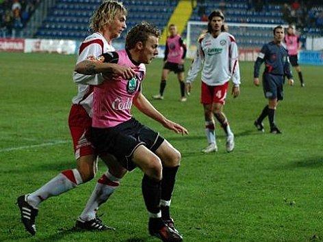 Jakub Řezníček (vpředu) druhým gólem potvrdil výhru Boleslavi ve Zlíně.
