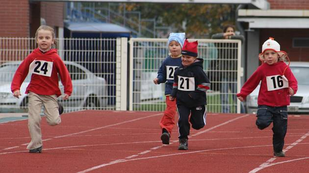 Mladí sportovci soutěžili například ve skoku dalekém nebo v běhu. Házelo se ovšem také tenisovým míčkem. Někteří ho vzali do svých rukou tak silně, že bez větších problémů přehodili i rozhodčí, kteří měřili délku hodu.