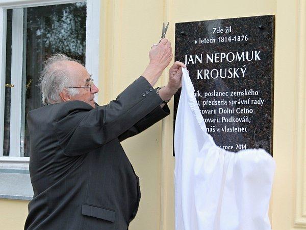 Historik Karel Herčík odhalil pamětní desku na rodném domě Jana Nepomuka Krouského.