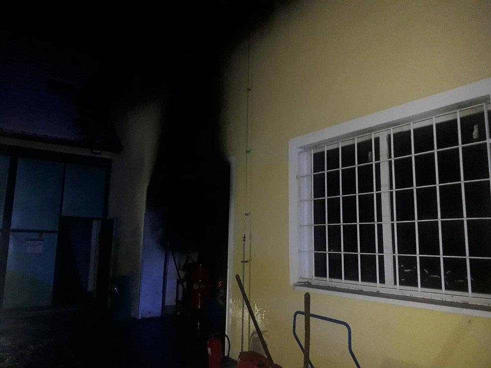 Požár výrobní haly v Bezně.