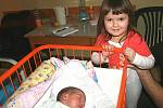 Elišku Pleškovou  bude mamince Petře a tatínkovi Jakubovi pomáhat opatrovat malá Anežka. Holčička se narodila 14. února a vážila 3,46 kg. Doma bude v Luštěnicích.