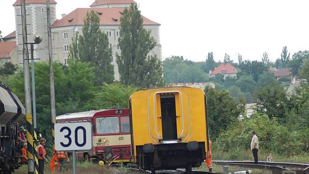 Vykolejený vlak na nádraží v Mladé Boleslavi.