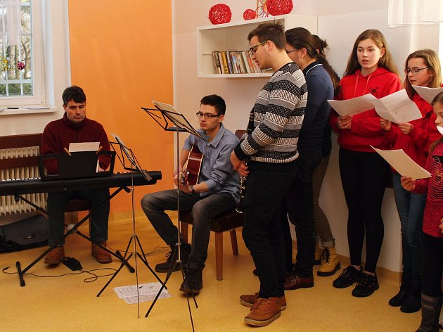 Studenti mladoboleslavského Osmiletého gymnázia opět navštívili ženské oddělení LDN v Kosmonosích.