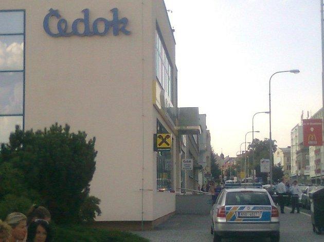 Policisté prohledávají budovu Raiffeisen bank kvůli bombě