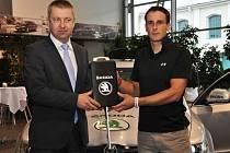 """Martin Bína (vpravo) přebírá od Petra Pečenky """"klíče"""" od vozidla pro vítěze TOI TOI Cupu."""