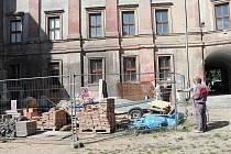 Sutiny už z nádvoří zámku zmizely. Na snímku Petr Matoušek (vzadu) a před ním Zdeněk Slavík