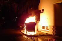 V ulicích Mladé Boleslavi hořely v noci kontejnery.