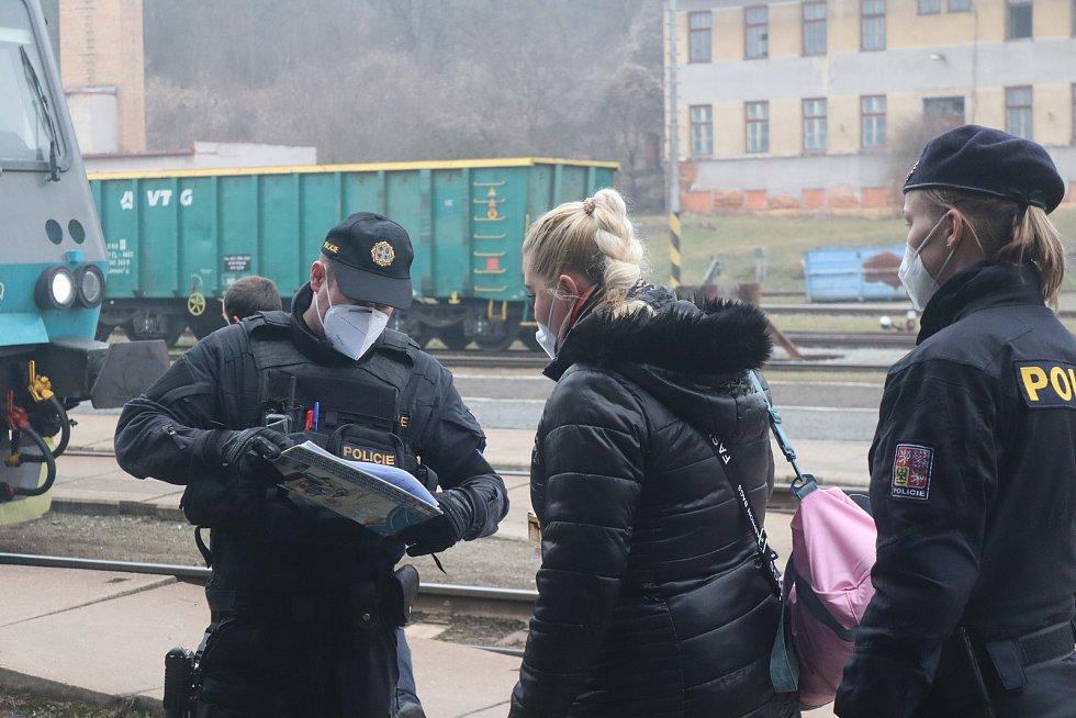 Policie, strážníci i vojáci. Ti všichni dohlédli na dodržování opatření.