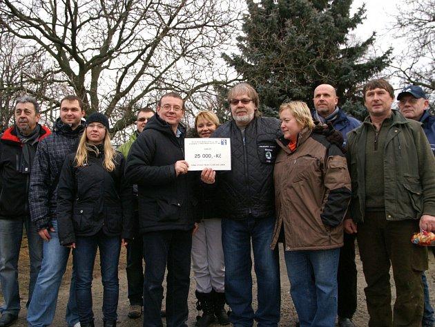 Zástupci Škodovky předali dar útulku
