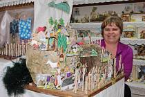 ALENA KABÁTNÍKOVÁ u bělského betlému, který si rodina sama namalovala a vytvořila. Ukazuje skutečná místa.