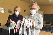 V Divadle šijí roušky a nabízejí pomoc seniorům