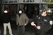Opilý Polák si zase popletl Staroměstské náměstí se záchodem.