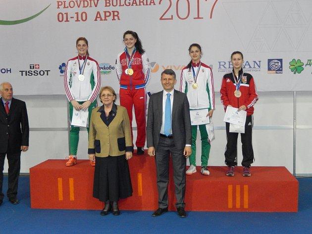 ANNA COUFALOVÁ, šermířka zBělé pod Bezdězem, září na Mistrovství světa kadetů a juniorů, které se aktuálně koná vbulharském Plovdivu. Na kontě už má bronzovou medaili.