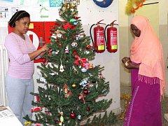 ŽENY z afrických zemí zdobí stromeček, přestože v jejich vlasti tato tradice neexistuje