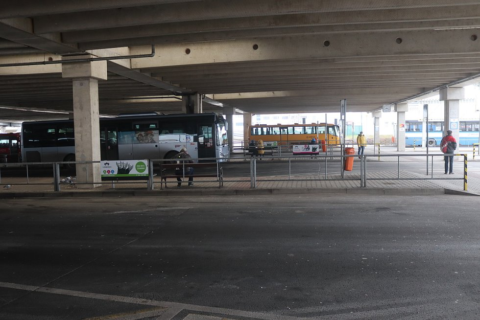 Autobusové nádraží v Mladé Boleslavi 1. března ráno.
