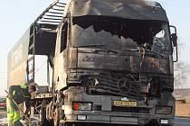 Ohořelý kamion na silnici mezi Pískovou Lhotou a Bezděčínem