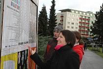 Plakáty mladých umělců v Mladé Boleslavi si lidé hned se zájmem prohlíželi.