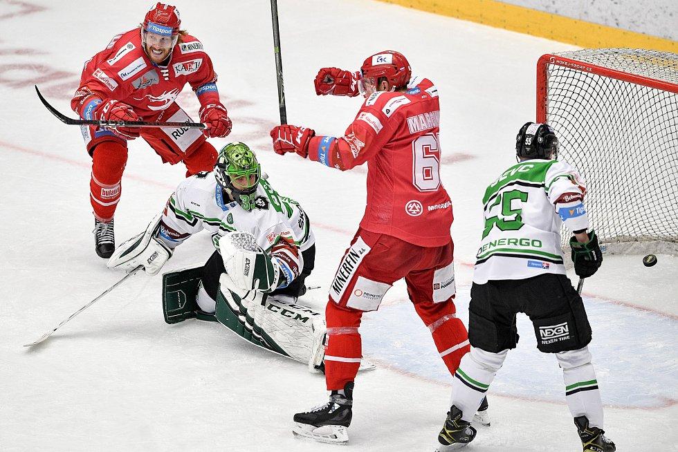 Semifinále play off hokejové Tipsport extraligy - 7. zápas: HC Oceláři Třinec - BK Mladá Boleslav, 15. dubna 2021 v Třinci. (střed) brankář Mladé Boleslavi Jan Růžička dostává gól.