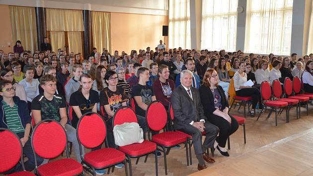 Ve čtvrtek 15. listopadu navštívil mnichovohradišťské gymnázium velvyslanec Spojených států amerických Stephen King.