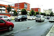 Z tohoto úseku Jičínské ulice zmizí dlažební kostky.