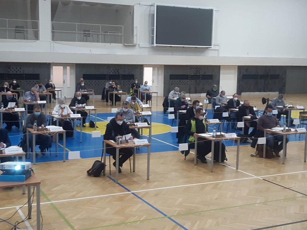 Boleslavští zastupitelé se v pondělí sešli ve sportovní hale.