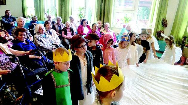 Děti hrály divadlo pro seniory z Domu s pečovatelskou službou.
