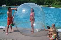 Aquazorbing na Dolní Bukovině je oblíbenou vodní atrakcí pro děti i dospělé.