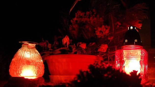 Noční hřbitov.