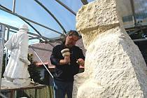 V současnosti připomíná socha spíše než francouzského legionáře jeho ruského bratra. Sochař Michal Moravec je ale přesvědčen, že do 6. května, kdy bude socha převezena k instalaci do Mladé Boleslavi, bude vše hotovo. Odhalení proběhne 8. května.