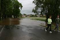 Zaplavená silnice v Bakově v neděli večer