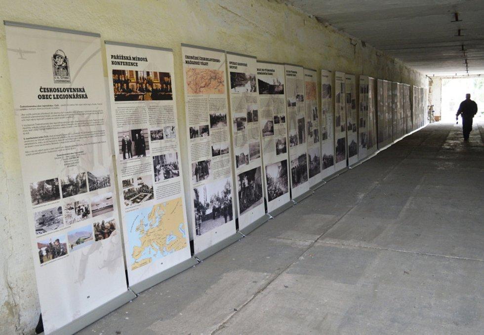 V okolí bývalého muničního skladu na Kozím hřbetu vyrostly tábory dobových armád.