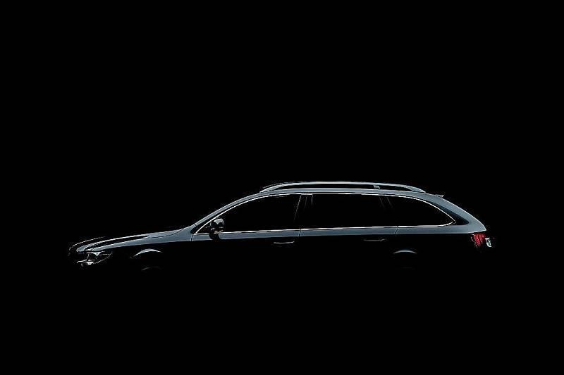 Zatím jen částečně odhalená silueta nového vozu Škoda Superb Combi.